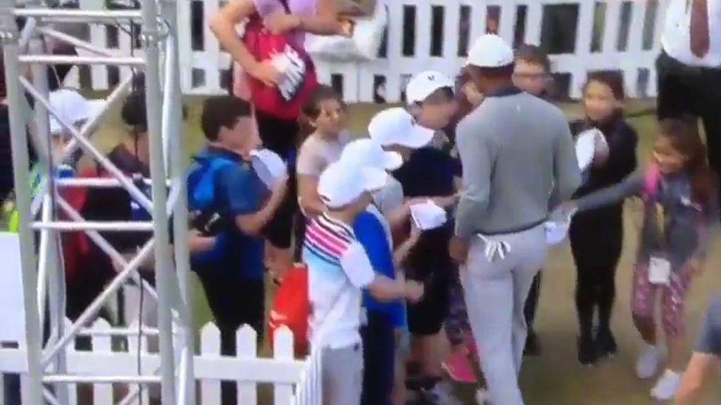 Tiger Woods pasa por el medio de un grupo de niños que le piden autógrafos y no les dedica ni una mirada