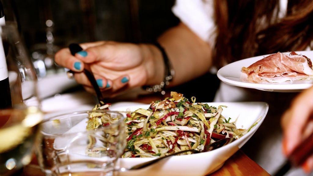 Cenar temprano rebaja el riesgo de sufrir cáncer de mama y de próstata