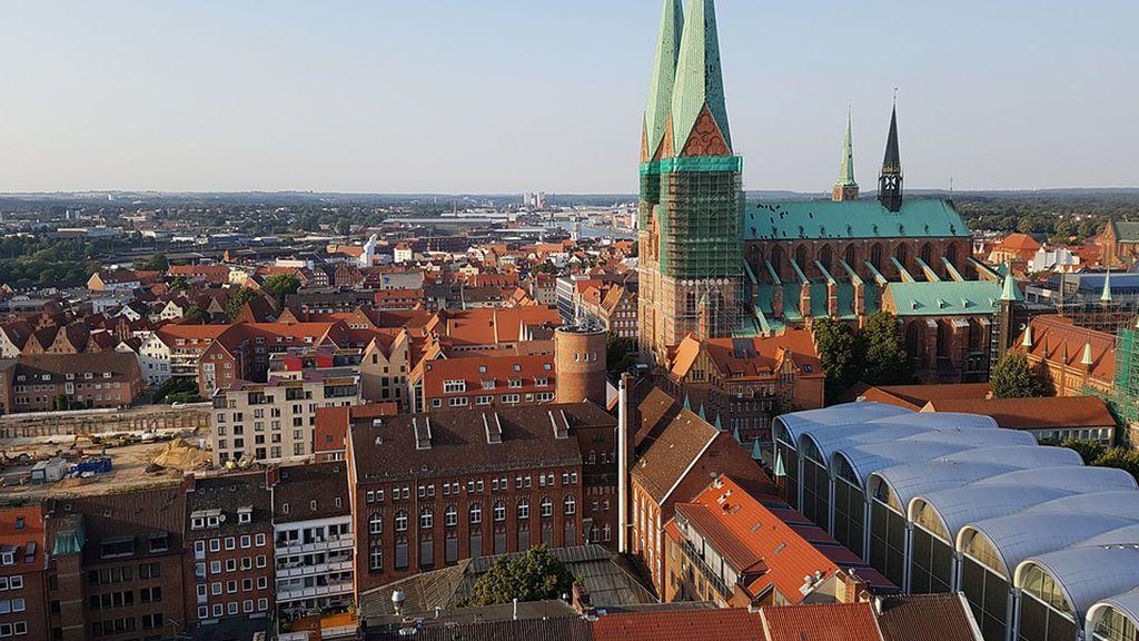 Doce heridos leves y dos graves en un ataque de un hombre armado con un cuchillo en Lübeck, Alemania