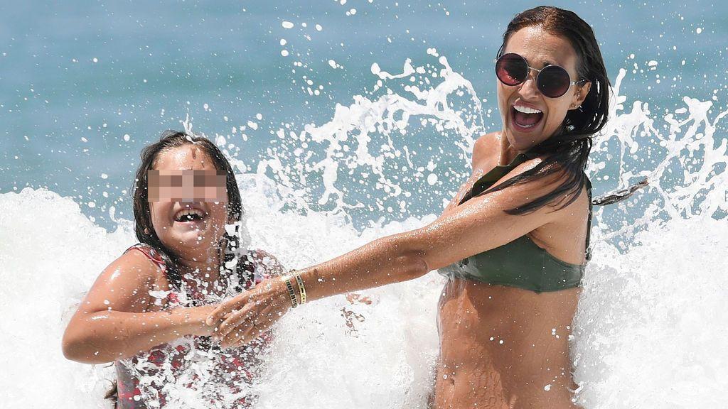 Paula Echevarría y Daniella se divierten en el mar pero las olas le juegan una mala pasada a su bikini