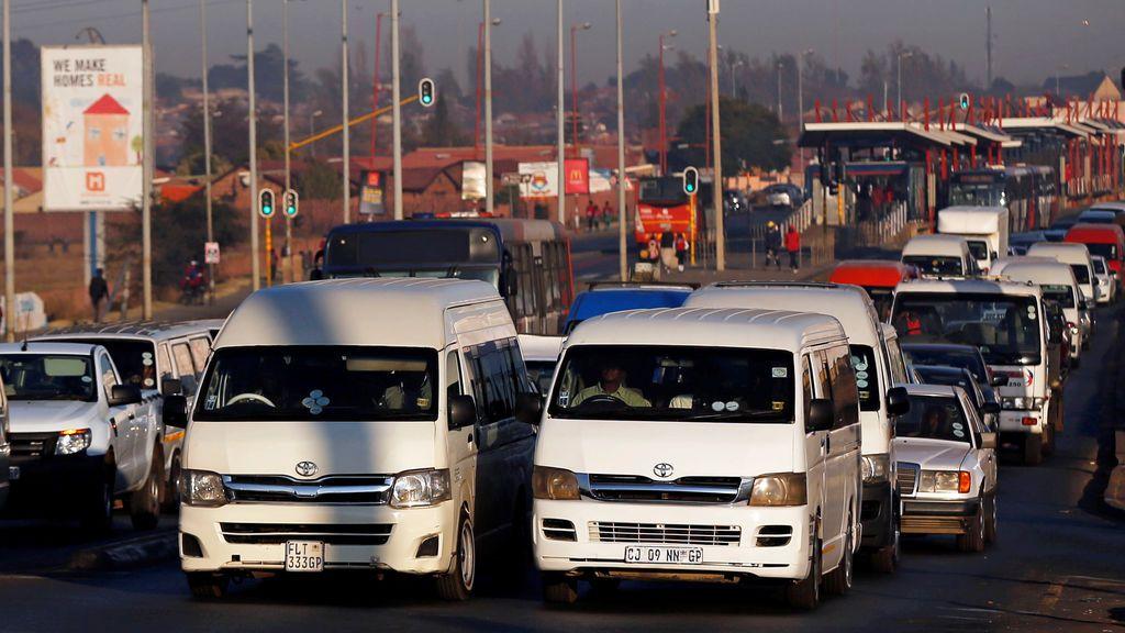 Once taxistas muertos y cuatro heridos tras un tiroteo en un minibús de Sudáfrica
