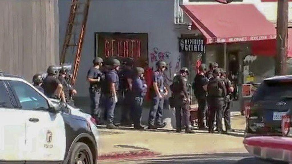 Detenido un menor atrincherado en una tienda de Los Ángeles con rehenes tras disparar a su abuela