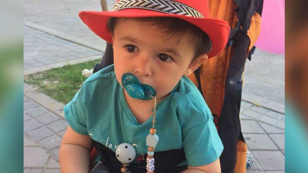 Una madre inicia una campaña de 'crowdfunding' para que su hijo de 2 años, con síndrome de Goldenhar, pueda oír bien
