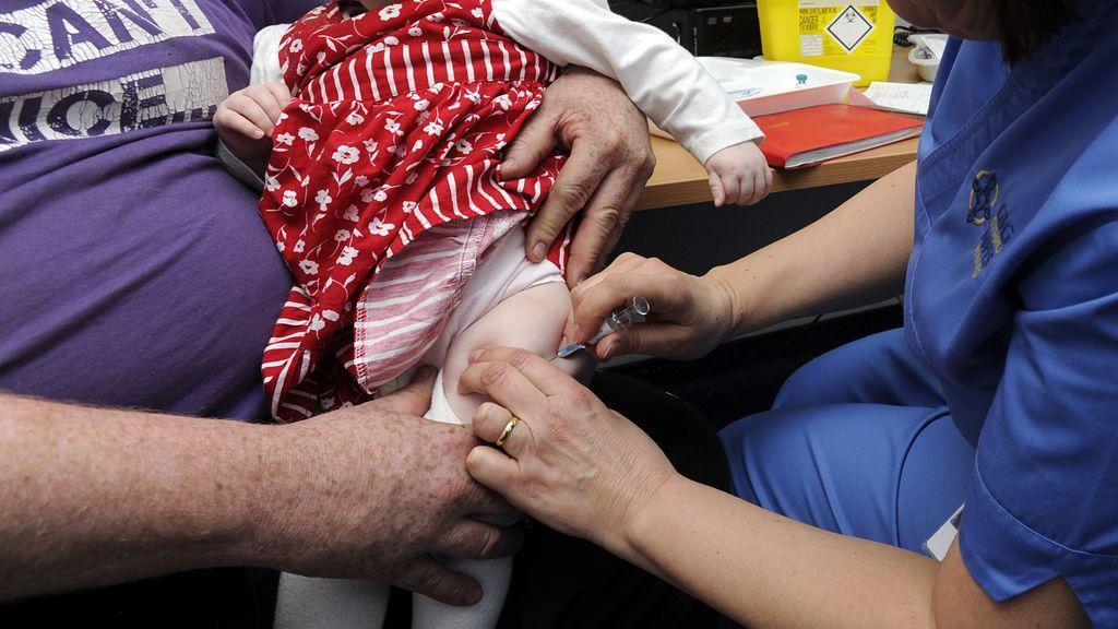 Los padres deben vacunar de sarampión a los bebés menores de un año antes de viajar a la Unión Europea