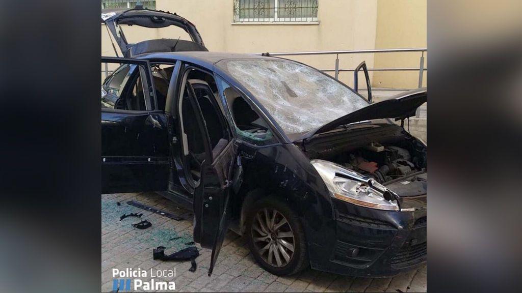 """Destroza su coche a golpes porque estaba """"cansado de discutir"""" con su familia"""