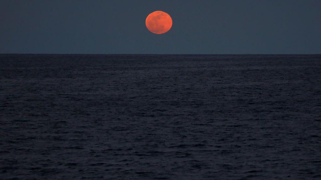 Luna roja sobre el Mediterráneo, en enero de 2018.