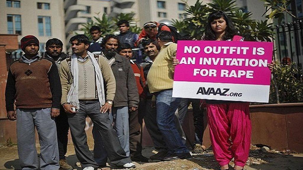Mujer india protesta contra las numerosas violaciones cometidas en el país.