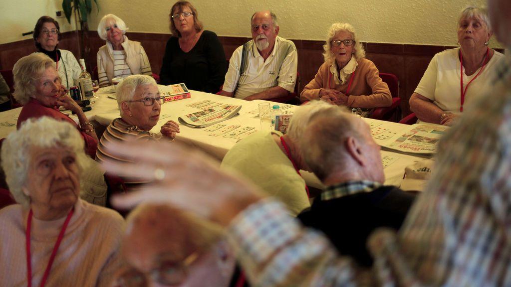 Ancianos jugando al bingo