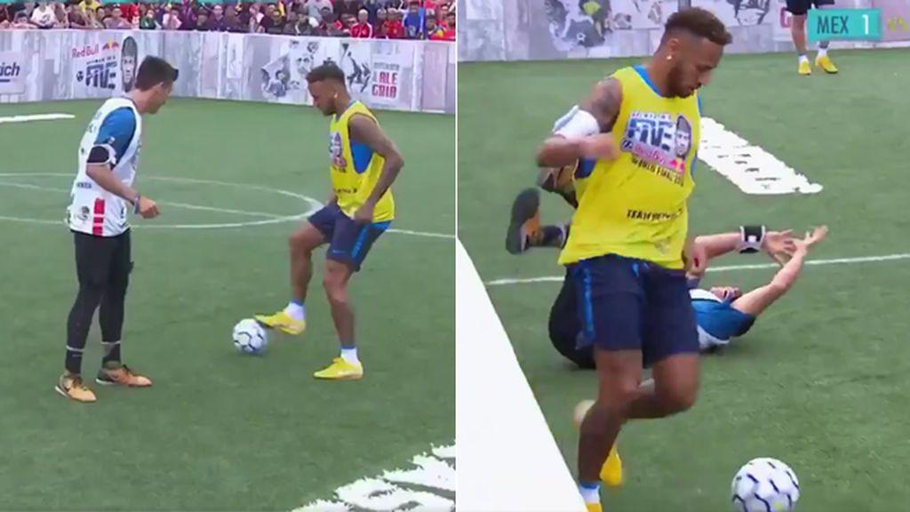 Neymar intenta vacilar a un aficionado, le roba el balón y el brasileño le responde de muy malas formas