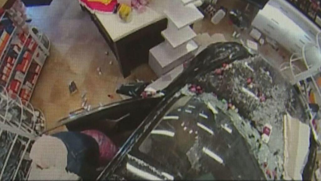 Un coche choca contra el escaparate de una tienda dejando for Sillas de coche para 3 anos