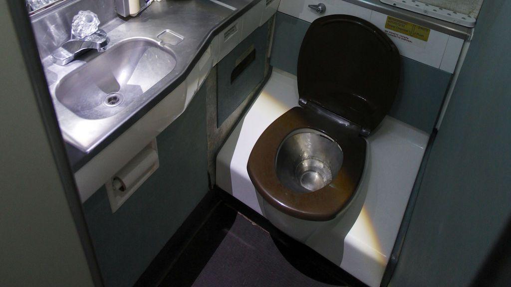 Descubren cadáver de recién nacido en baño de avión