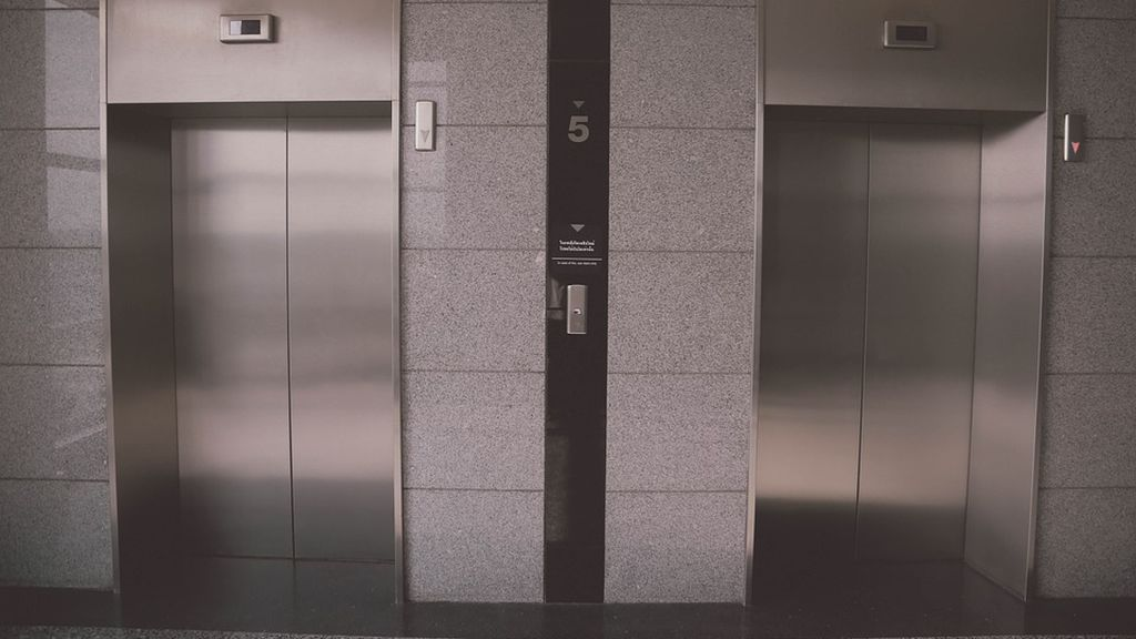 Agrede sexualmente a una joven en el ascensor de su edificio y le rompe la nariz