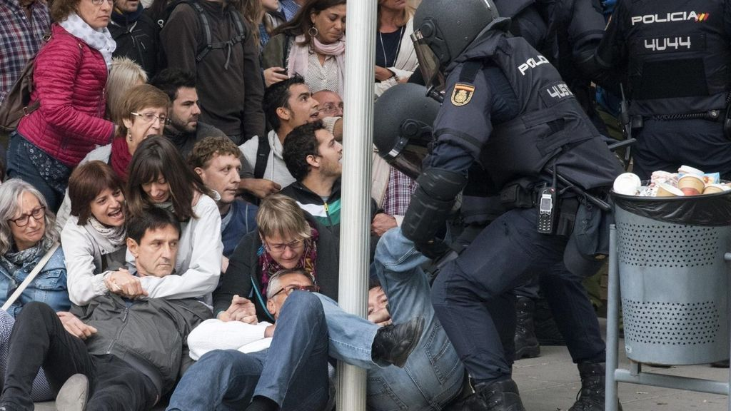 Absuelto un policía acusado de pegar un puñetazo a un joven el 1-O en Lleida