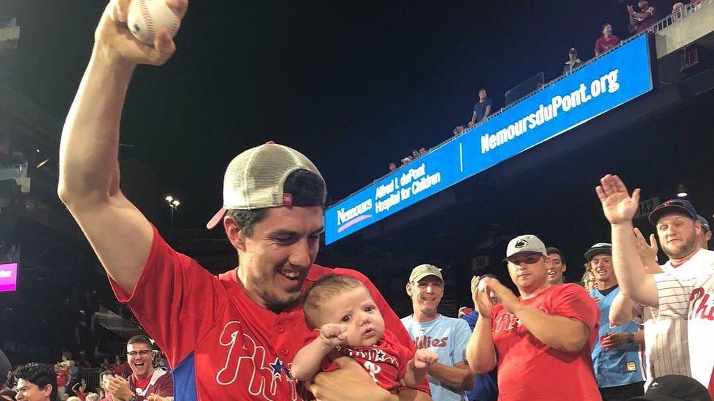 ¡Atrapa un 'home run' con una mano mientras sostiene a su bebé de dos meses con la otra! 😲