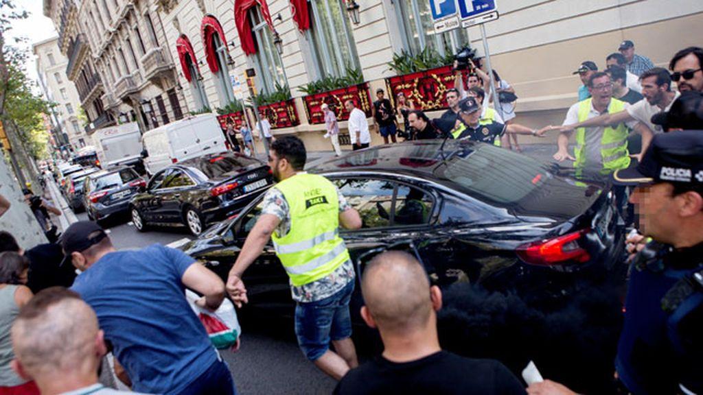 Uber y Cabify suspenden temporalmente su actividad en Barcelona por las agresiones sufridas