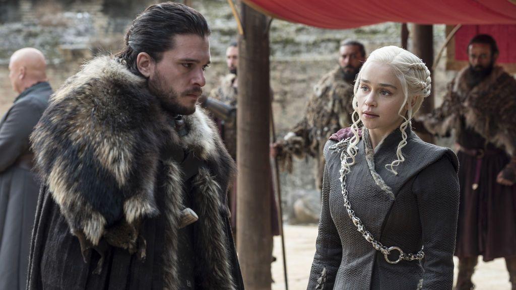 Kit Harington (Jon Snow) y Emilia Clarke (Daenerys Targaryen), en el séptimo y último capítulo de la séptima temporada de 'Juego de tronos'.