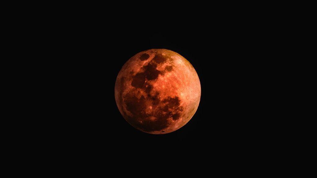 Mañana se produce el Eclipse lunar más esperado del siglo: lo vas a ver a ver en directo, te decimos cómo