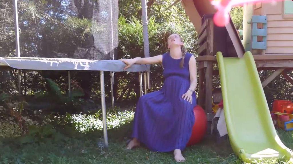Una mujer se graba dando a luz en su jardín y se hace viral tras subirlo a YouTube