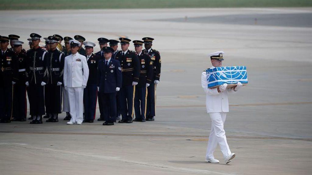 Los restos de las tropas que cayeron en la Guerra de Corea son transportados al sur del país