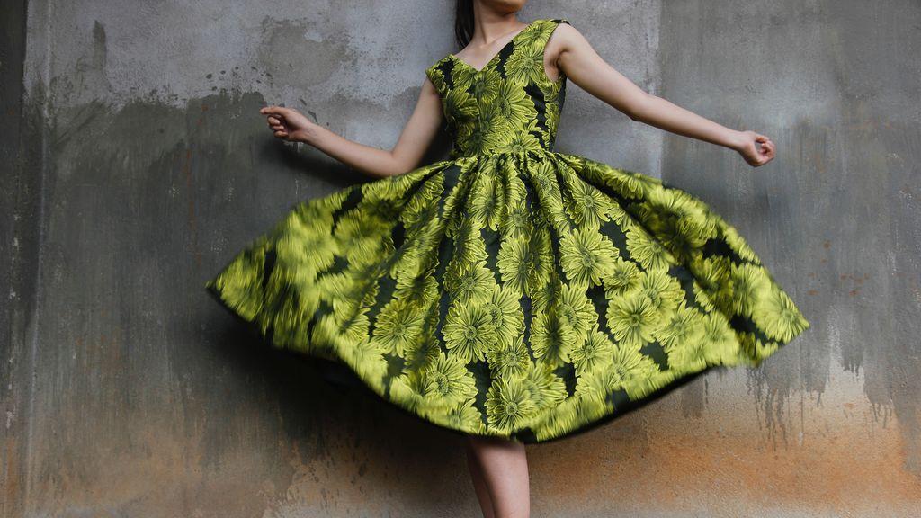 Una prenda desafía tu agudeza visual: compró un vestido hace años y ahora descubre su estampado secreto