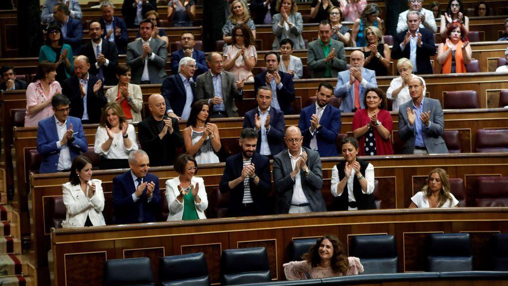 El Grupo Socialista aplaude a la ministra de Hacienda, María Jesús Montero, tras su su intervención ante el pleno