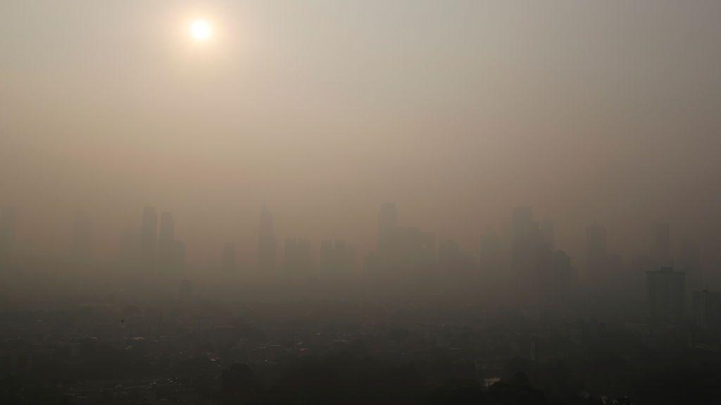 Yakarta se cubre de niebla