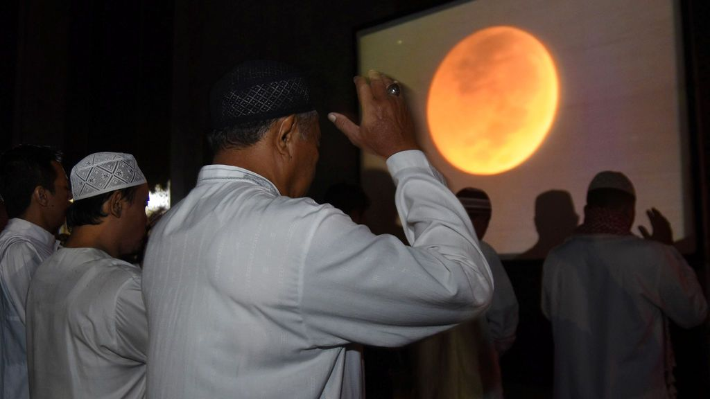 Oración bajo el eclipse total de Luna más largo del siglo