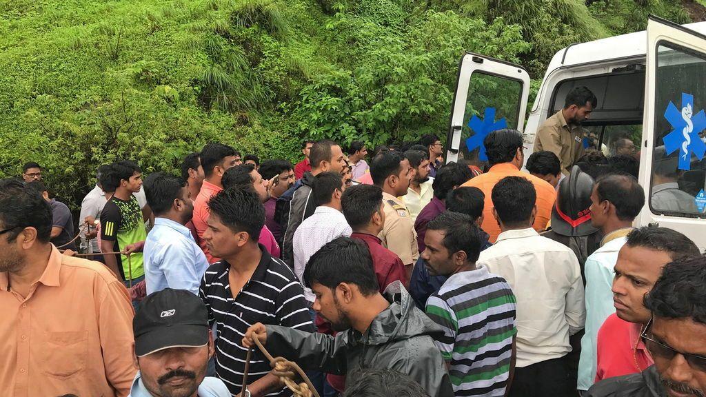 Mueren 33 personas tras despeñarse un autobús en India