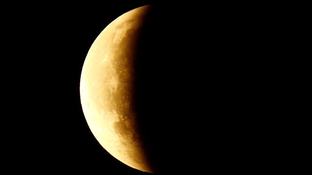 La luna desaparece durante su eclipse total