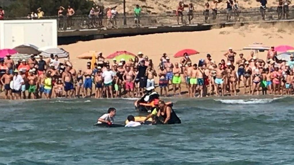Rescatan una manta gigante atrapada en una red en una playa de Alicante