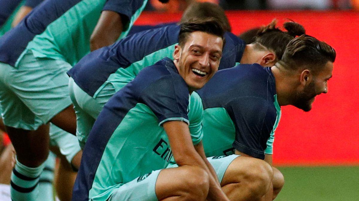 El árbitro del Arsenal - PSG celebra el sorteo de campos... ¡Con una tarjeta de crédito!