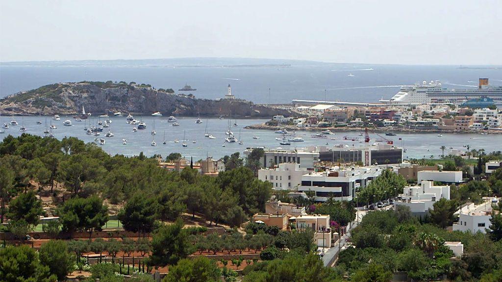 El contraste de Ibiza: La isla de los millonarios y de los trabajadores sin techo