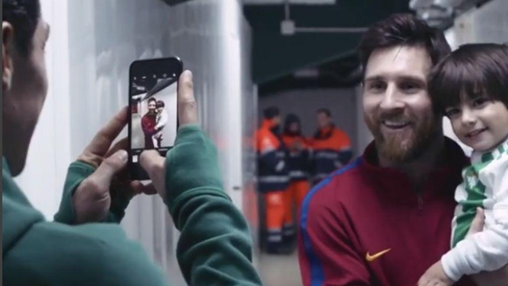 La impagable cara de felicidad del hijo de Guardado al conocer a Messi