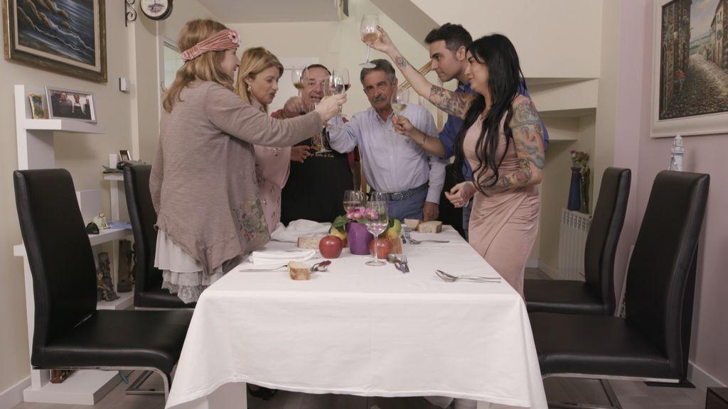 El presidente de Cantabria, Miguel Ángel Revilla, brinda con los concursantes del programa 'Ven a cenar conmigo', de Cuatro.