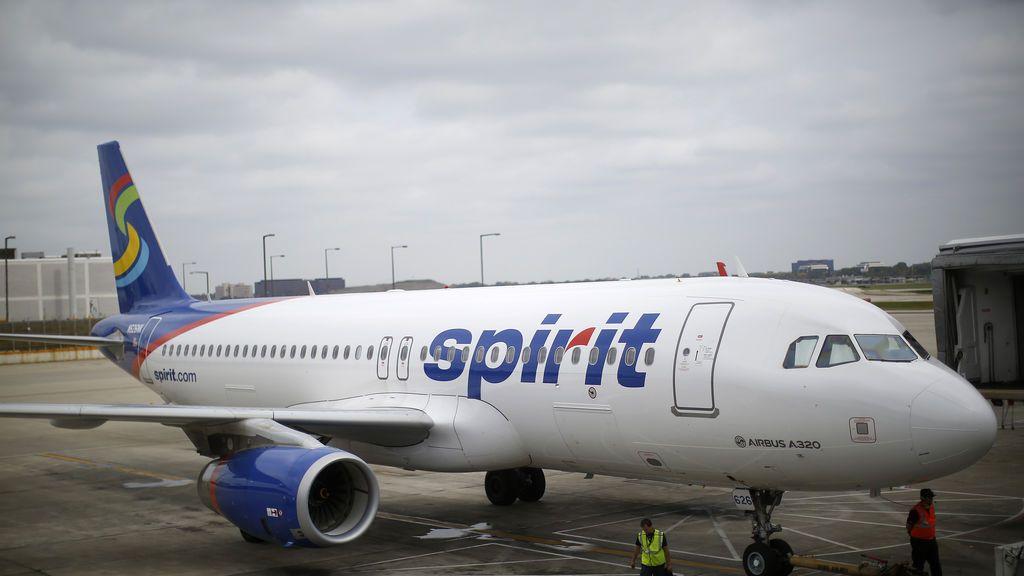 """Hospitalizan a varios pasajeros de un avión  por el fuerte olor a """"calcetines sucios"""""""