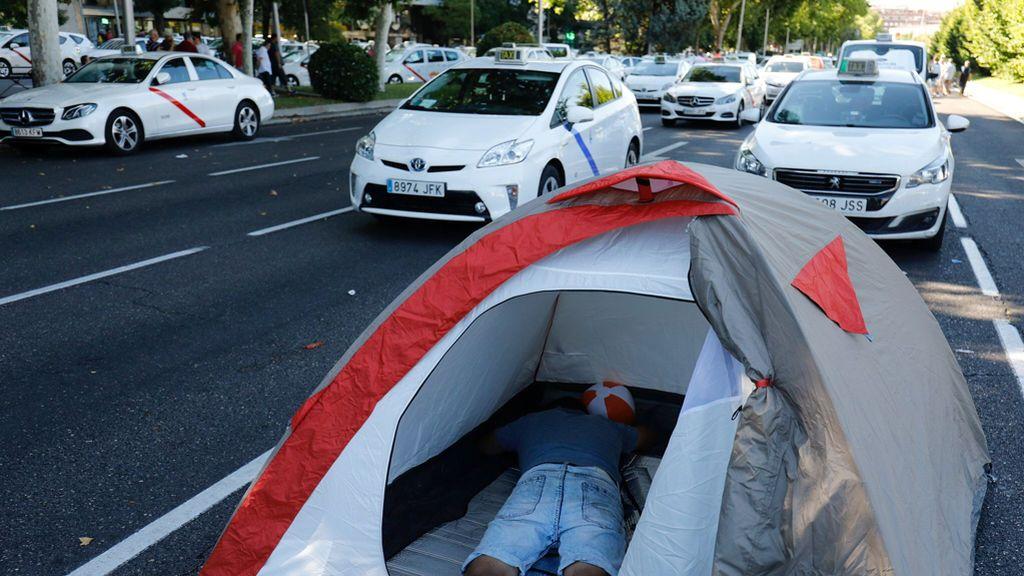 Los taxistas, insatisfechos, desoyen al Gobierno y mantienen la huelga