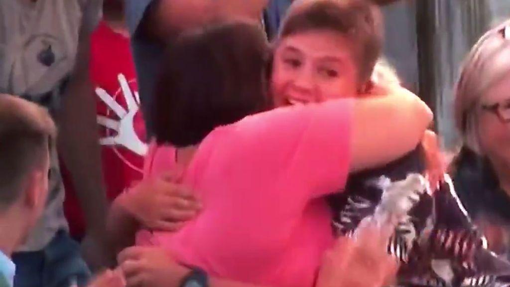 ¡La reacción más tierna! Su mayor recompensa es el abrazo de su madre y no los 1.000 dólares de premio