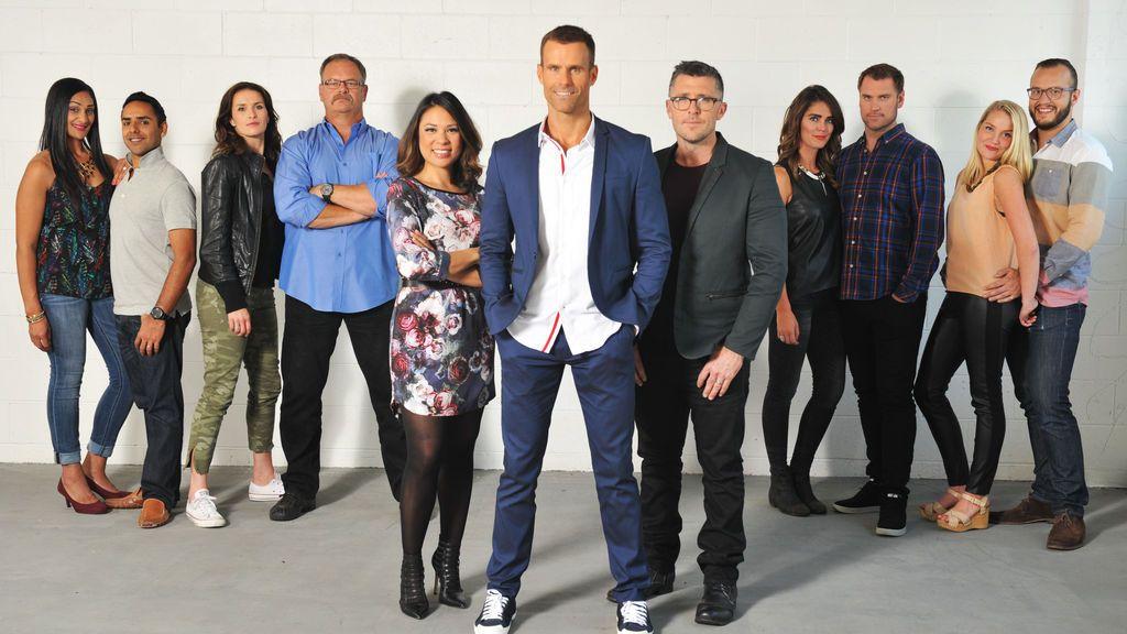 El presentador Cameron Mathison, el jurado y los concursantes del programa '¡Esta casa va a ser mía!', de Divinity.