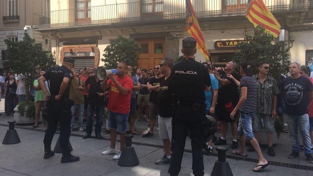 """El ministro Ábalos recibido en valencia por un grupo de taxistas al grito de """"corrupto"""" y """"queremos trabajar"""""""