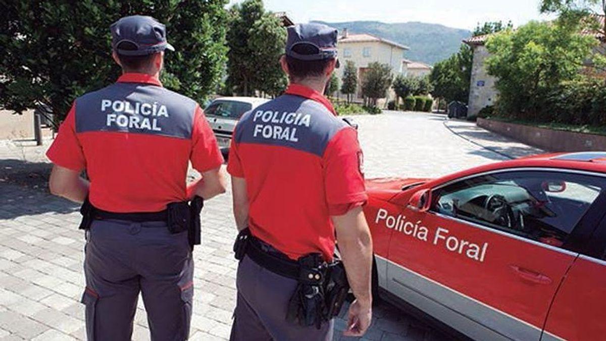 Choca contra tres vehículos estacionados en Pamplona y se da a la fuga