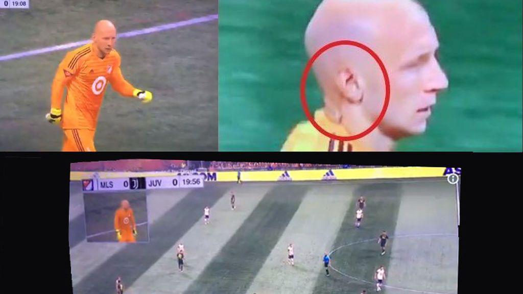¡Lo nunca visto! Entrevistan a un portero en pleno partido de fútbol
