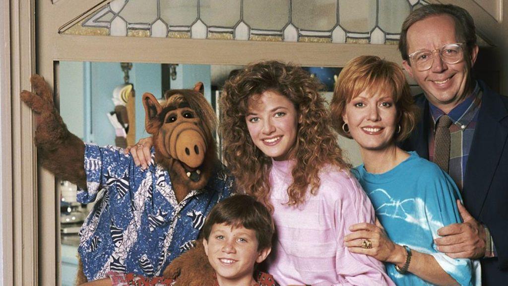 De izquierda a derecha, el elenco principal de la serie original de NBC 'Alf': Alf, Benji Gregory (Brian), Andrea Elson (Lynn), Anne Schedeen (Kate) y Max Wright (Willie Tanner).