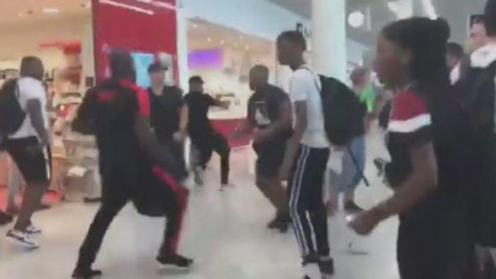 Así se las gastan dos raperos enemigos: brutal pelea en el aeropuerto de París