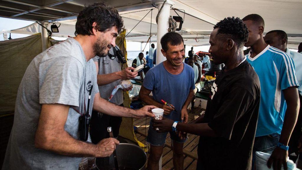 El barco de Open Arms con 87 rescatados en el Mediterráneo a bordo busca puerto donde ponerlos a salvo