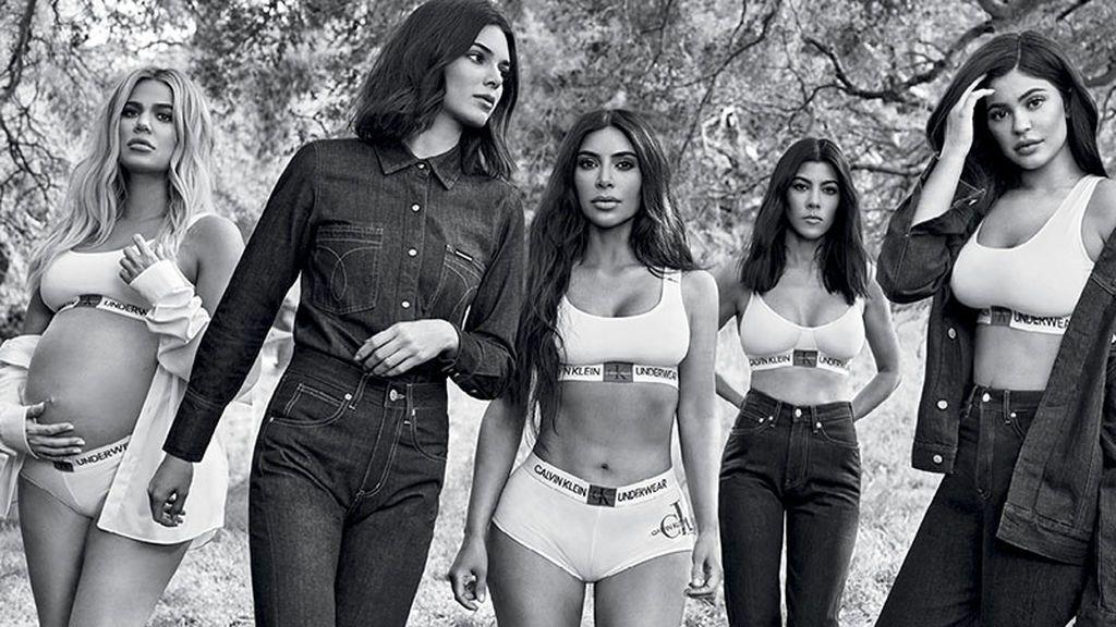 De izquierda a derecha, Khloe, Kendall, Kim, Kourtney y Kylie Kardashian, en la fotografía criticada por un exceso de photoshop en el brazo izquierdo de Kourtney.