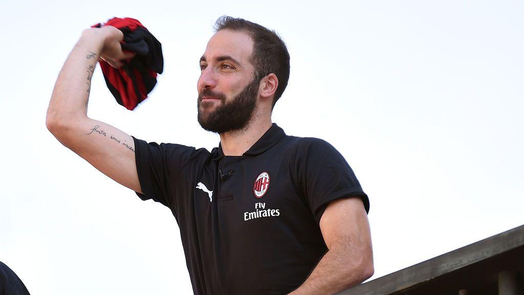 El fail de Higuaín en su primer posado con la camiseta del AC Milan del que todo el mundo habla