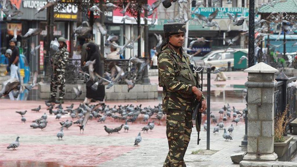Dos soldados y cuatro militantes muertos en India