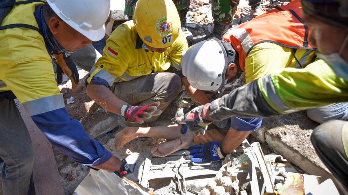 Rescatan de entre los escombros a una superviviente del terremoto de Lombok