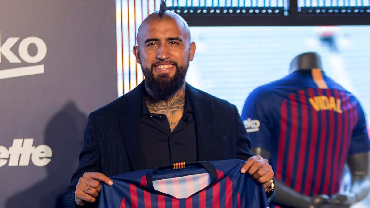 Un descuido en la presentación de Vidal deja entrever el sucesor del número '8' de Andrés Iniesta