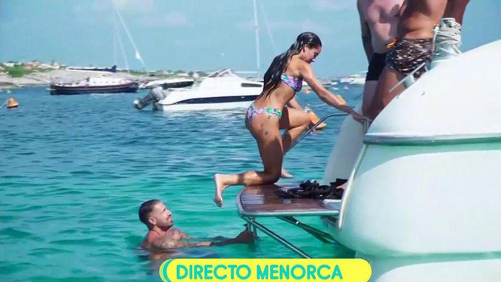 El chapuzón de Rafa Mora y su chica en Menorca